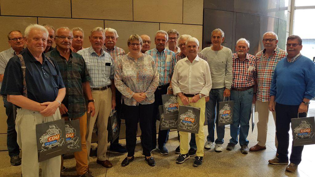 Britta Oellers begrüßt Mitglieder des Fußballvereins VfR Fischeln im Landtag